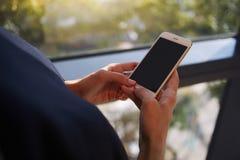 Cropped strzału widok kobiety ręki trzyma telefon komórkowego z pustym kopii przestrzeni ekranem dla twój wiadomości tekstowej Zdjęcia Stock