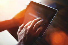 Cropped strzału widok mężczyzna ręka dotyka cyfrowego pastylka ekran z kopii przestrzenią dla twój reklamy zawartości lub wiadomo Fotografia Royalty Free