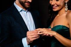 Cropped w górę portreta ładna wspaniała powabna atrakcyjna fascynująca luksusowa rozochocona dwa osoba robi drogą zdjęcie royalty free