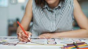 Cropped widok żeńska architekta rysunku linia na projekcie zbiory