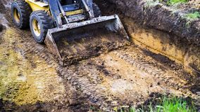Cropped widok brudny buldożer w okopie podczas podkopowych prac fotografia stock