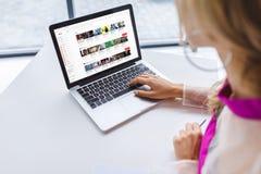 cropped widok kobieta używa laptop obrazy royalty free