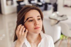 Cropped widok młoda kobieta ma brew kolor dodającego jej brwi zdjęcie royalty free