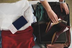 cropped widok odzieżowy i paszportowy kobiety kocowanie fotografia stock