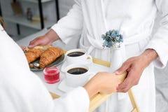 cropped widok pary mienia taca z croissants i kawą zdjęcie royalty free