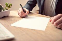 Cropped widok podpisuje biznesowego dokument biznesmen obraz stock