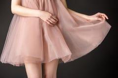 cropped widok pozuje w różowej szyfon sukni czuła dziewczyna, fotografia royalty free