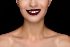 Cropped widok uśmiechnięta modna kobieta z ciemnymi wargami Zdjęcia Royalty Free