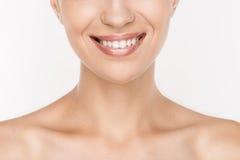 Cropped widok uśmiechnięta naga kobieta z perfect skórą Fotografia Stock