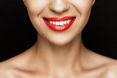 Cropped widok wspaniała uśmiechnięta kobieta z czerwonymi wargami Fotografia Royalty Free