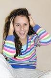 Cropped widok zdziwiona młoda brunetki kobieta z hairand szeroko otwarty usta courly Fotografia Royalty Free