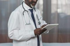 Cropped wizerunek amerykanin afrykańskiego pochodzenia lekarki patrzeć Obrazy Stock