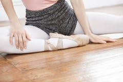 Cropped wizerunek baleriny obsiadanie Na Drewnianej podłoga zdjęcia stock
