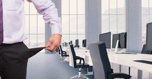 Cropped wizerunek biznesmen pozycja w sala konferencyjnej z komputerami i krzesłami pokazuje pustego poc obrazy royalty free