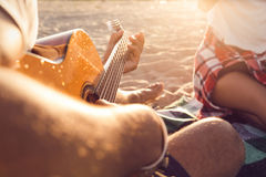 Cropped wizerunek facet bawić się gitarę dla jego przyjaciół Obraz Royalty Free