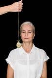 Cropped wizerunek hypnotherapist mienia wahadło przed kobietą fotografia stock