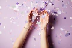cropped wizerunek kobiety łapania confetti spada kawałki na powierzchni obraz stock