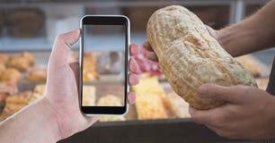 Cropped wizerunek ludzie trzyma mądrze chleb w sklep z kawą i telefon Obrazy Stock