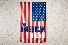 Cropped wizerunek mężczyzny mienia amerykanina flagpole obraz stock
