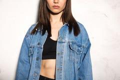 Cropped wizerunek młoda modniś kobieta Obrazy Stock
