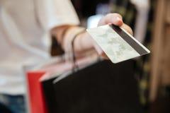 Cropped wizerunek młodej kobiety mienia karta debetowa Zdjęcie Stock