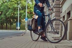 Cropped wizerunek modny mężczyzna w eleganckiej odzieżowej jazdie na miasto bicyklu zdjęcia stock