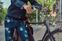 Cropped wizerunek modny mężczyzna w eleganckim odzieżowym odprowadzeniu z miasto bicyklem na ulicie fotografia stock