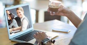 Cropped wizerunek osoby wideo konferencja na laptopie podczas gdy mieć kawę Zdjęcie Royalty Free