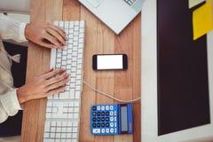 Cropped wizerunek pisać na maszynie na klawiaturze kobieta Zdjęcia Stock