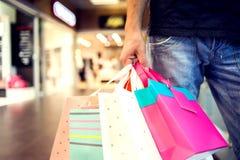 Cropped wizerunek przystojny mężczyzna z torba na zakupy robi zakupy obraz royalty free