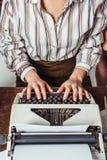 cropped wizerunek retro projektujący amerykanina afrykańskiego pochodzenia dziennikarz pisać na maszynie przy maszyna do pisania obrazy stock