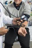 Cropped wizerunek Sprawdza Cierpliwego ` s ciśnienie krwi chemik Fotografia Royalty Free