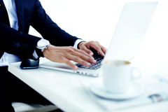 Cropped wizerunku widok mężczyzna ręki z luksusową odzieżą ogląda keyboarding na książce podczas kawowych przerw Fotografia Stock