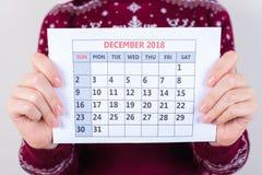 Cropped zamknięta up fotografia kalendarz bez ocen w kobiety ręce obraz stock