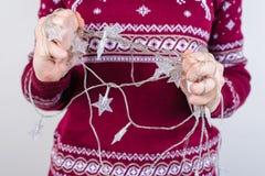 Cropped zamknięta up fotografia nastolatek ręki próbuje drzeć gmatwaninę fotografia stock