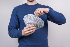 Cropped zbliżenie pracowniana fotografia ufny ludzki pokazuje udział pieniądze w palmach jest ubranym puloweru puloweru bluzę odi obrazy royalty free