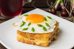 Croque女士、法国三明治与绿色和莓果汁早餐木桌的 顶视图 特写镜头 库存图片