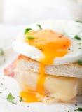Croque鸡蛋,火腿,乳酪三明治女士, 传统法国烹调 免版税库存照片