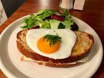Croque Madame Ściskający z Smażącym jajkiem robić z Sourdough chlebem, Francuskim śniadaniem/ fotografia stock