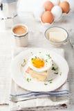 Croque madame, jajko, baleron, serowa kanapka Tradycyjna francuska kuchnia Obrazy Royalty Free