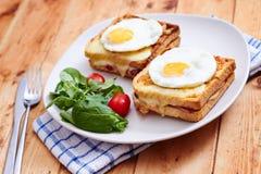 Croquemonsieur met eieren Stock Foto's