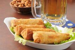 Croquetas chinas y cerveza Imagen de archivo libre de regalías