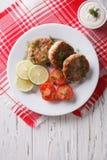 Croquetas de pescados con eneldo y salsa en la tabla Visión superior vertical Imagenes de archivo