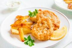 Croquetas de pescados con las patatas fritas Fotografía de archivo libre de regalías