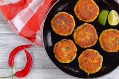 Croquetas de pescados fritas frescas en la sartén Imagenes de archivo
