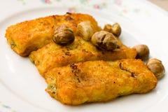 Croquetas rellenas de la patata, con queso, y Chestnu Fotografía de archivo