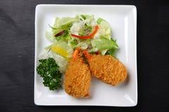Croquete da lagosta com vegetais em uma mesa de jantar imagens de stock