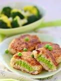 Croquete dos peixes com ervilha verde fotos de stock