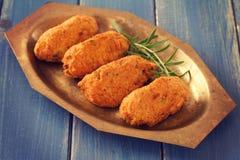 Croquetes dos peixes de bacalhau no prato imagem de stock