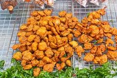 Croquette de poisson cuite à la friteuse thaïlandaise en vente sur la rue Photo stock